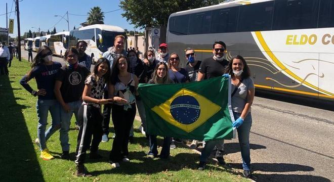 Brasileiros comemoram partida rumo ao aeroporto de Joanesburgo