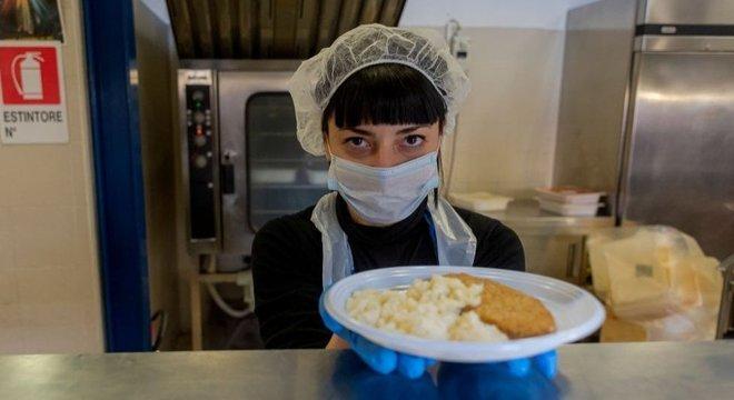 Voluntários na Itália distribuem comida para as pessoas que vivem nas ruas