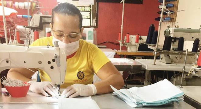 Costureiras trabalham dia e noite, e de graça, para ajudar hospital do DF
