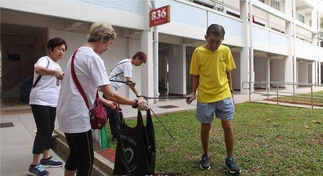Voluntários no dia de limpeza de Khatib, embora já existam 56.000 faxineiros registrados em Cingapura