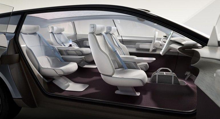 """Porta dianteira abre como qualquer carro atual, mas a traseira é invertida, o que faz o interior do carro virar uma ampla """"sala de estar"""""""