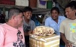 Já o sorriso é do tailandêsChalermchai Mahapan, um pescador de 20 anos que teve a sorte de encontrar a raridade