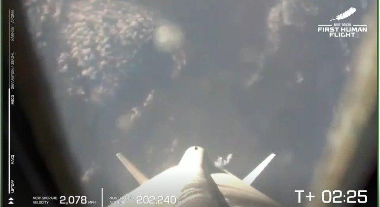 Bezos viajou a bordo de uma espaçonave de sua empresa Blue Origin