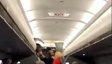 Viajantes cantam para pessoas sem máscara expulsas de voo nos EUA