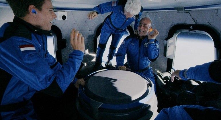 Momento em que a tripulação do voo suborbital da Blue Origin sentiu o corpo flutuar