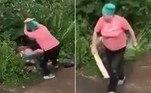 Uma vovó furiosa brecou a intimidade de um casal de jovens com uma tábua de madeira