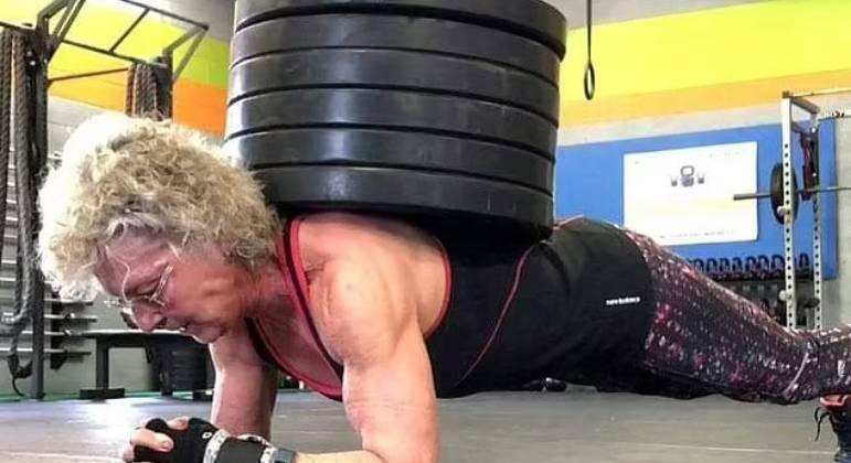 A norte-americana de 71 anos, Mary Duffy, tornou-se campeã internacional de levantamento de peso. De acordo com o Daily Mail, ela afirma que se sente melhor do que há 30 anos. Sua história incomum atrai diversos haters, mas também inspira muita gente. Confira