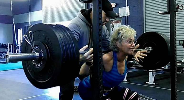 Hoje, ela encara duas sessões de levantamento de peso por semana, além de praticar exercícios de cárdio e treinamento de força geral todos os dias, o que deu a ela a coragem de entrar em sua primeira competição de levantamento de peso em 2014