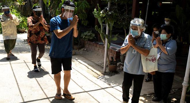 Surin tem 77 anos, mas a idade não a impede de atuar como voluntária no vilarejo onde mora, na Tailândia, no combate ao novo coronavírus