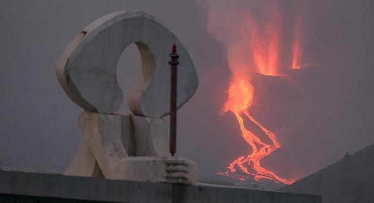 Lava do vulcão Cumbre Vieja está a 1 km do mar
