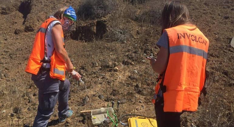 Especialistas do INVOLCAN, instituto que monitora a atividade vulcânica no arquipélago das Canárias, trabalhando no terreno do vulcão Cumbre Vieja