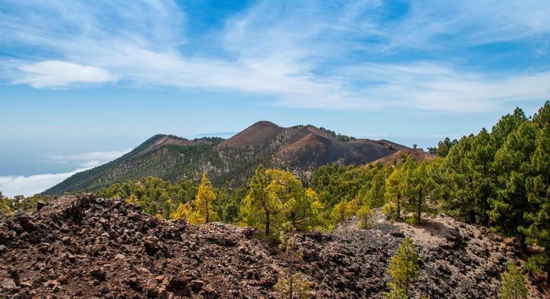 O vulcão Cumbre Vieja fica na ilha de La Palma, nas Ilhas Canárias, norte da África