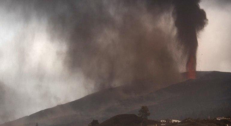 Vulcão Cumbre Vieja, na ilha de La Palma, entrou em erupção no último domingo (19)