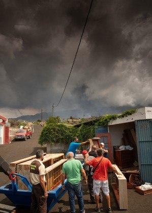Moradores de La Palma tentam salvar bens durante erupção vulcânica