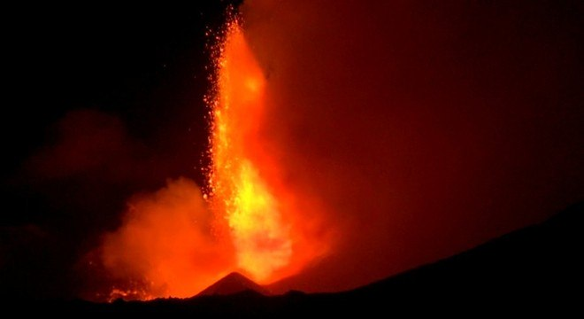 Vulcão Etna, na Itália, teve explosões de lava durante a noite