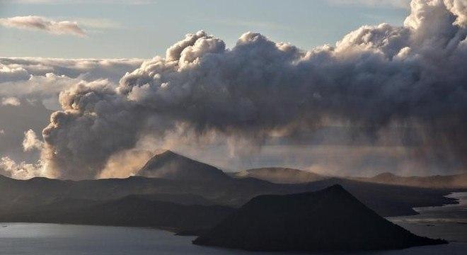 Uma nuvem de cinzas emergiu pelo terceiro dia da cratera do Taal