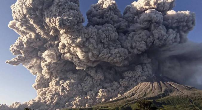 Vulcão Sinabung entrou em erupção na Indonésia