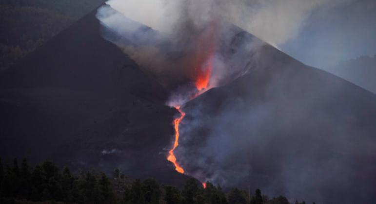 Blocos de lava da altura de um prédio de três andares escorrem do vulcão Cumbre Vieja