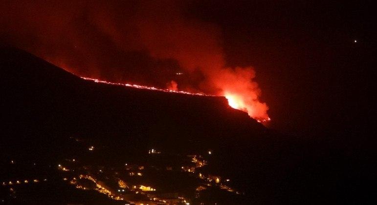 O fluxo de lava produzido pelo vulcão Cumbre Vieja chega ao oceano Atlântico, na praia de Los Girres, em Tazacorte