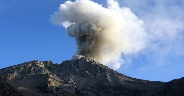 Explosão de vulcão retira centenas de pessoas de casa no sul do Peru
