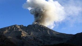 __Erupção de vulcão deixa 30 mil pessoas desabrigadas no Peru__ (Mariana Bazo / Reuters - 20.4.2006)