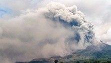 Vulcão Sinabung entra em erupção na ilha de Sumatra, na Indonésia