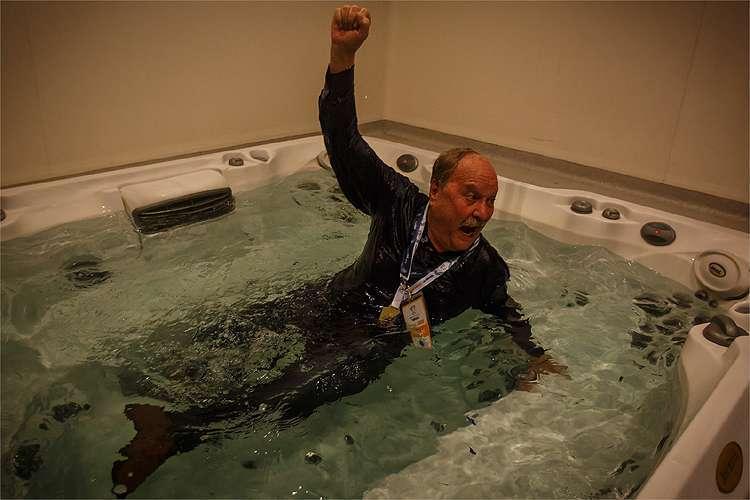 Ex-presidente Wagner Pires comemora título em banheiro de hidromassagem