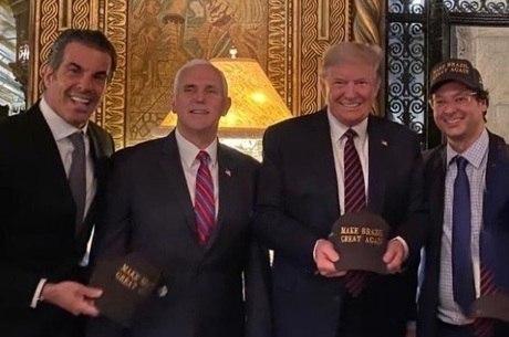 Wajngarten à direita, ao lado de Trump