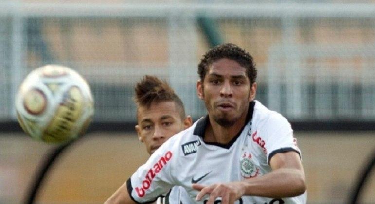 Wallace esteve presente no grupo campeão do Brasileirão de 2011 e da Libertadores e Mundial de Clubes, em 2012.
