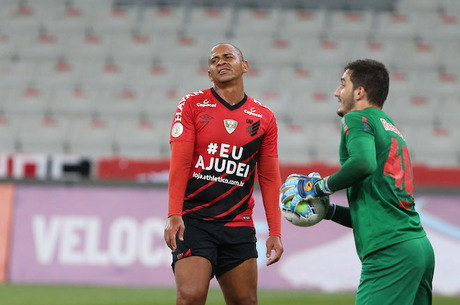Walter lamenta chance perdida no Athletico x Bragantino