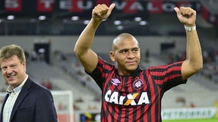 Walter - Walter está de volta ao Athletico. O atacante desembarcou em Curitiba e de lá foi direto ao CT do Caju, onde realizou exames médicos e assinou um contrato válido por três meses