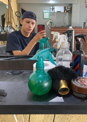 Walyson tem barbearia na zona leste e trabalha desde os 12 anos