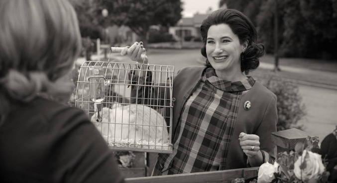Kathryn Hahn se destaca na série ao viver a misteriosa vizinha Agnes