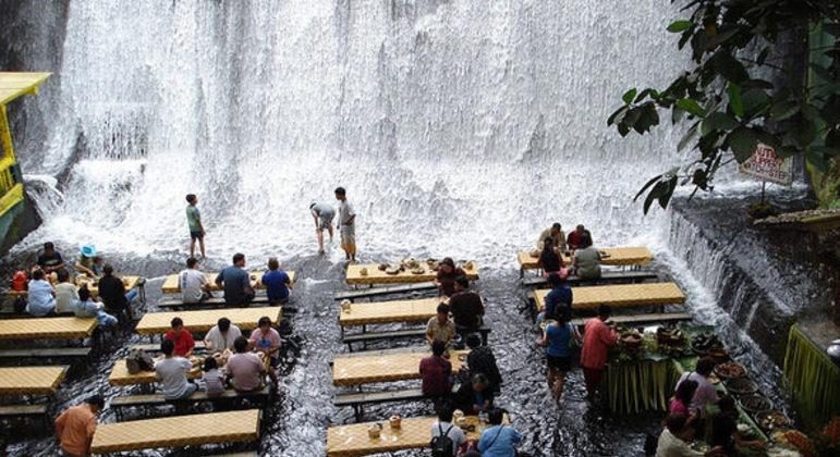 Que tal jantar à beira de uma cachoeira?