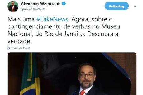 Ministro da Educação faz dancinha para falar de fake news