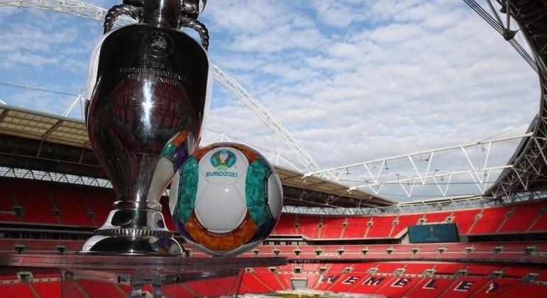 A taça e a bola, no templo de Wembley