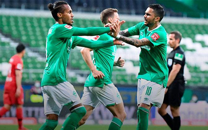 Werder Bremen x Freiburg /Ao vivo (sábado, 10h20, Fox Sports 2) - Enquanto o Werder não consegue sair da zona de rebaixamento (está em penúltimo, com 18) e luta para escapar de uma degola iminente, o Freiburg, que historicamente é bem mais modesto do que o rival (que tem quatro títulos do Alemão), vem de empate fora de casa contra o terceiro colocado RB Leipzig e busca mais um bom resultado como vistante para se manter próximo do G6 (que vale vaga para a Liga Europa). O time é o sétimo, com 37 pontos.