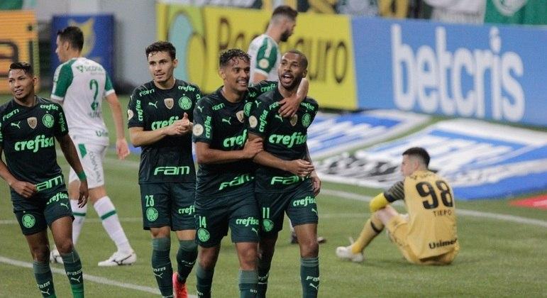 Wesley comemora com seus companheiros um dos gols da vitória do Palmeiras