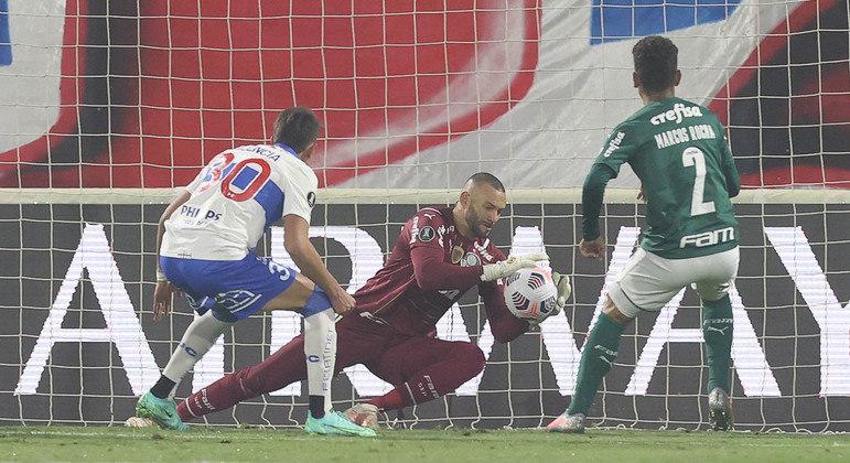 Weverton teve atuação excelente. Evitou pelo menos três gols chilenos. E tomou bola no travessão