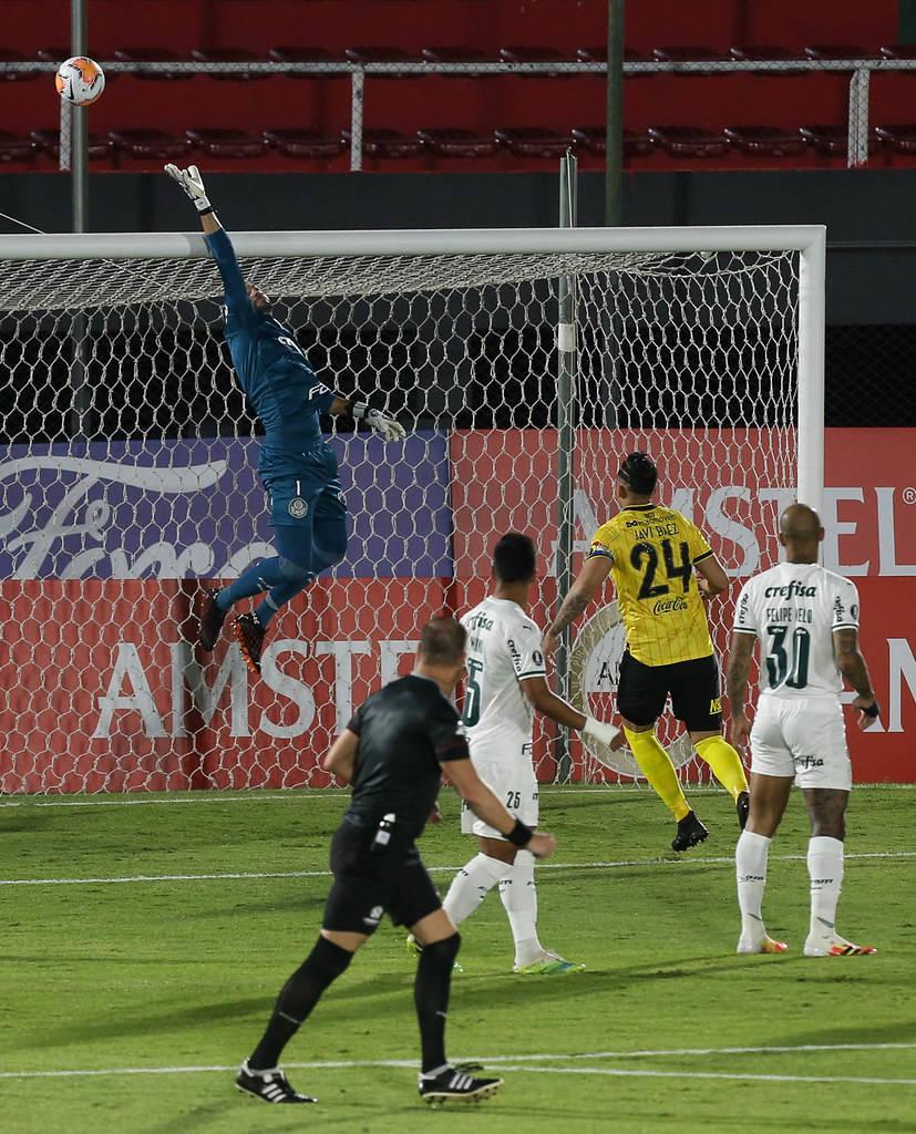 Weverton fazendo boa defesa. O 'grande' Guaraní buscou mais a vitória que o Palmeiras