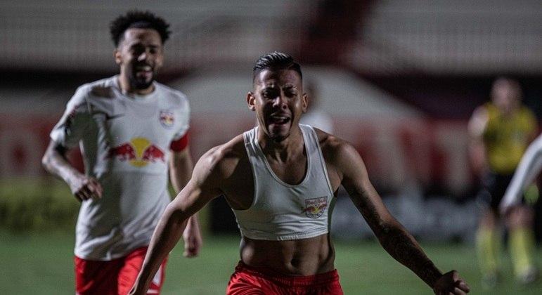 Weverton comemora com Claudinho o gol da vitória do Red Bull Bragantino