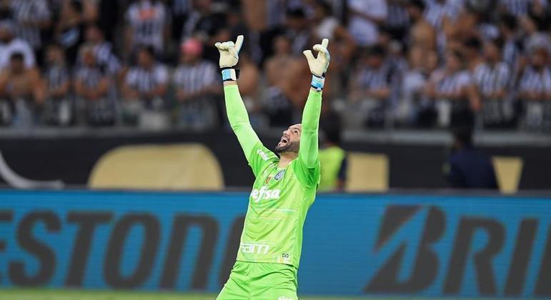 Weverton comemorando classificação do Palmeiras à final da Libertadores