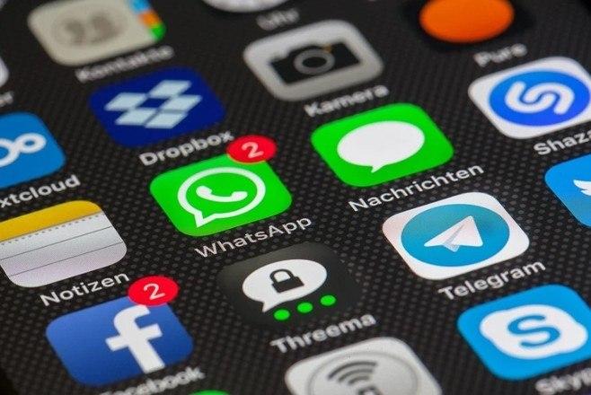 Duas capturas de telas do siteWABetaInfo reforçaram o rumor de que o WhatsApp está trabalhando com a possibilidade da utilização do app em vários dispositivos ao mesmo tempo. Atualmente, mesmo que sua conta esteja sincronizada em navegadores e desktops, só é possível utilizar um deles de cada vez