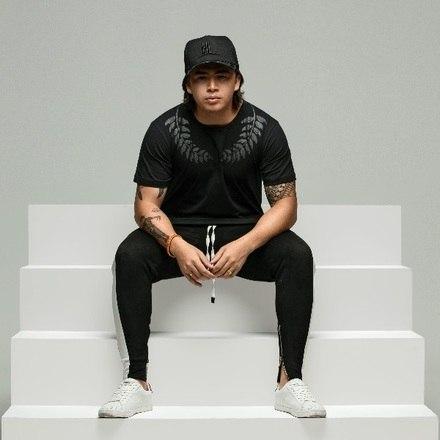Whindersson Nunes segue colhendo os frutos de seu sucesso como youtuber. Ele acaba de lançar uma coleção de roupas que leva o seu nome e, pela primeira vez, estrela um catálogo de moda para divulgar sua linha