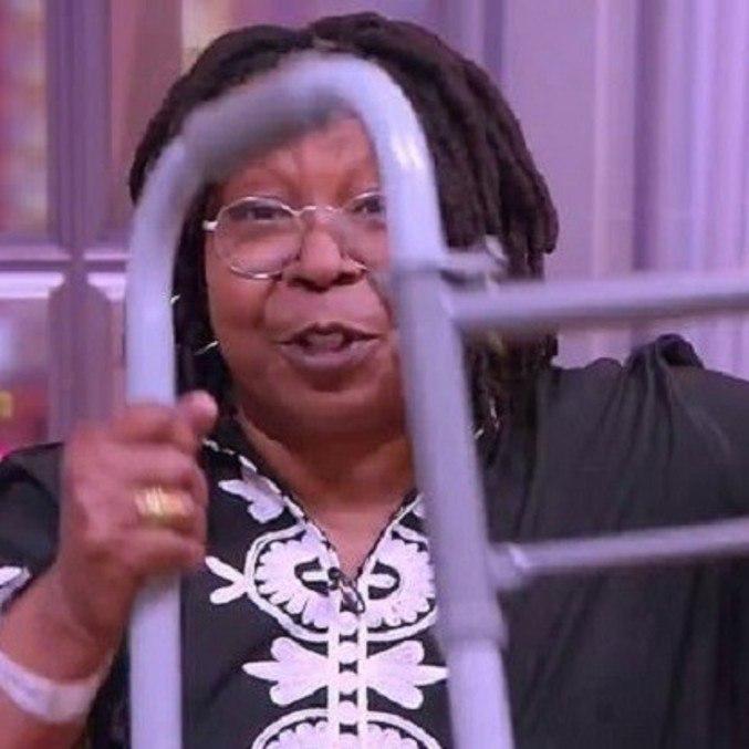 Whoopi Goldberg mostrou andador no programa