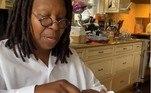 A atriz Whoopi Goldberg postou um vídeo, no início do mês, para dar avisos aos eleitores do estado de Nova York sobre o preenchimento e envio da cédula de voto antecipado. 'Vá devagar, e siga as instruções, coloque a data no envelope corretamente. E não esqueça do selo', escreveu ela