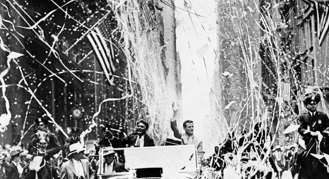 Wiley Post e Harold Gatty festejados por ter dado a volta ao redor do mundo em 8 dias