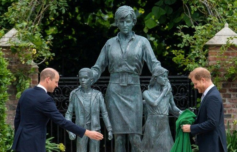 William e Harry revelaram juntos a estátua em homenagem à mãe, a princesa Diana