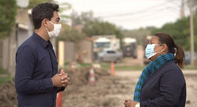 Repórter William Franco e a professora  Fátima em gravação no Mato Grosso do Sul