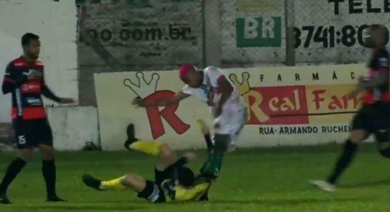 William Ribeiro, no momento em que desfere o chute na nuca do árbitro caído